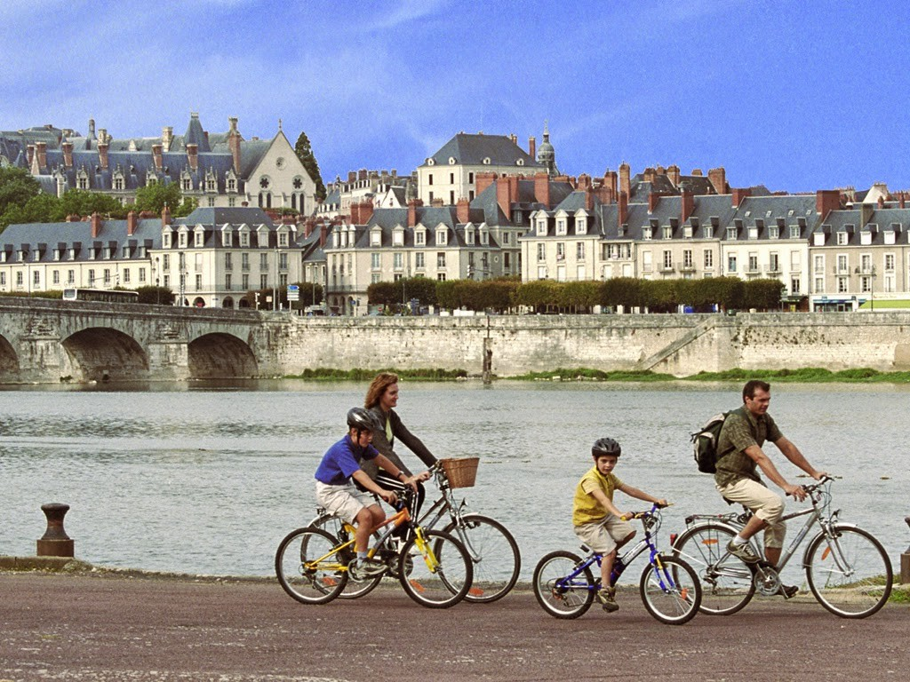 _1_famille_balade_velo_Blois_E.MangeatCRT_Centre_Val_de_Loire