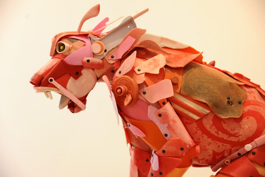 Babouin, rouge sang et rose, gueule menaçante /87x40x115