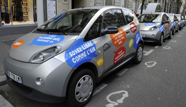 94383_paris-autolib-electric-cars-are-parked-near-charging-stations-in-paris