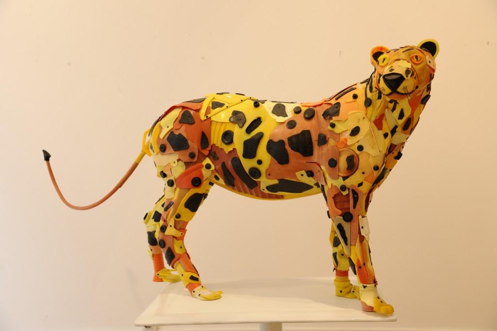 La panthère jaune, orange et noire, affiche son corps grêlé /80x40x157